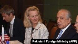 الیس ولز معاون وزارت خارجه امریکا در امور آسیای مرکزی و جنوبی با زلمی خلیلزاد /Source: Pakistani Foreign Ministry (AFP)