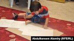 مشارك في معرض رسوم الأطفال بالبصرة