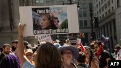 Берни Сандерстің жақтастары Демократиялық партия съезі өтіп жатқан ғимарат алдында демонстрация өткізіп тұр. Филадельфия, АҚШ, 25 шілде 2016 жыл.