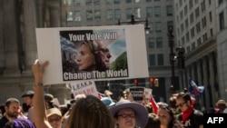 Сторонники сенатора Берни Сандерса проводят демонстрацию у здания, где проходит съезд Демократической партии США, Филадельфия, 25 июля 2016 года.