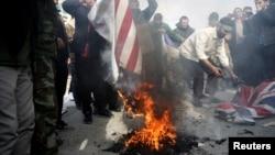 Демонстранты в Иране сжигают флаг США. Тегеран, 3 января 2019 года.