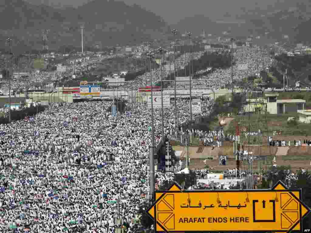 Сотни тысяч паломников направляются в долину гора Арафат на кульминацию хаджа - великое стояние