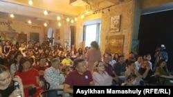 Люди, пришедшие на организованную движением «Oyan, Qazaqstan» встречу в Алматы. 17 июня 2019 года.
