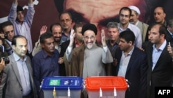 Former president Mohammad Khatami casts his ballot at a polling station in Tehran when Hassan Rouhani's won the presidency, 14Jun2013