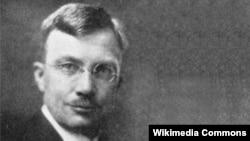 «آرثر چستر ميلسپو»، برگزيده وزارت خارجه آمريکا برای خدمت در ايران، همراه يارانش، در ماه نوامبر سال ۱۹۲۲ وارد تهران شد.