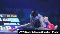 Қорлан Жақанша (көк формада) күрес түрлерінен әлем чемпионатында. Нұр-Сұлтан, 14 қыркүйек 2019 жыл.