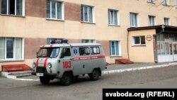 Машына хуткай дапамогі каля цэнтралнага раённага шпіталя ў Докшыцах