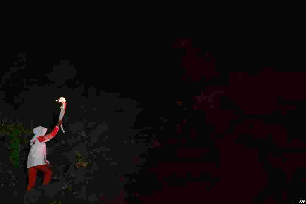 Бадминтоннан Барселона олимпиадасының чемпионы индонезиялық Суси Сусанти Азия ойындарының алауын әкеле жатыр.