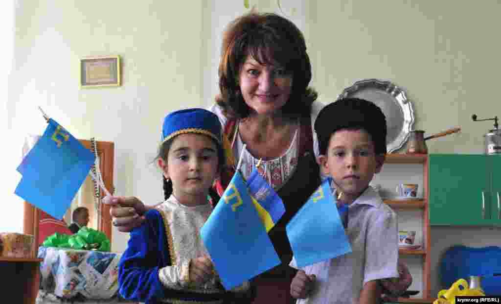 Гості прийшли з подарунками, дітям роздали прапорці з українською та кримськотатарською символікою