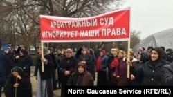 В Махачкале устроили протест против главы Казбековского района