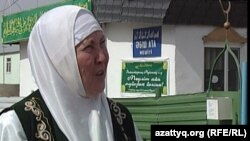 "Айша Оразбай возле мечети ""Абиш-ата"", Астана 2011 год."