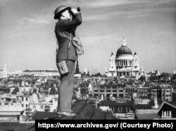 Назіральнік стаіць на даху будынку на фоне сабору Сьвятога Паўла. Лёндан