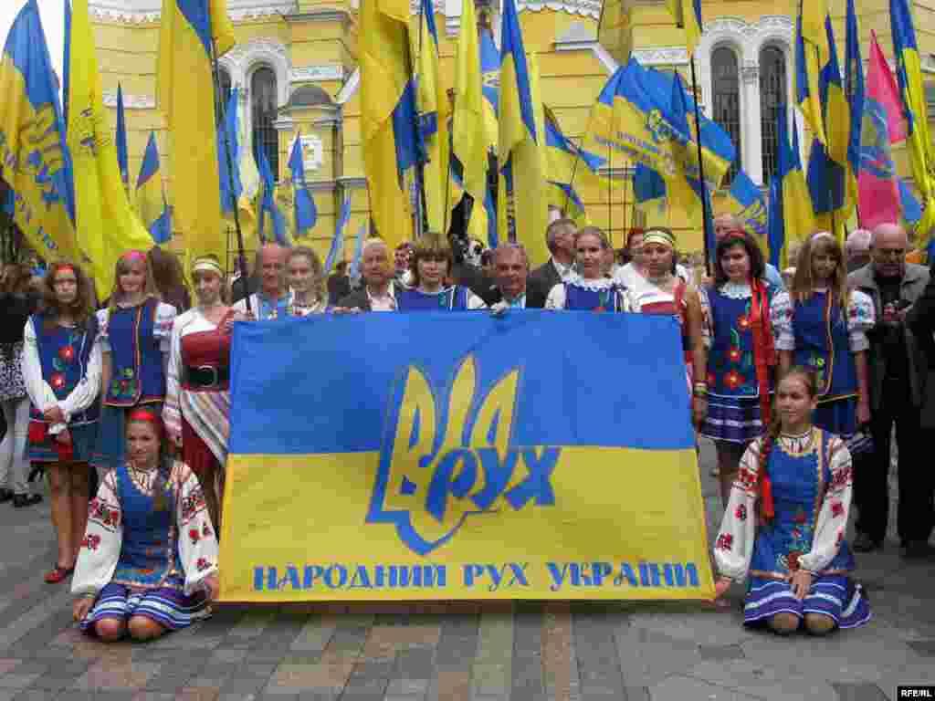 Учасники ходи біля Володимирського собору