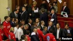 Ուկրաինա - Գերագույն ռադայի ընդդիմադիր պատգամավորները թղթեր են շպրտում կառավարության անդամների ուղղությամբ և լքում նիստերի դահլիճը, Կիև, 22-ը նոյեմբերի, 2013թ․