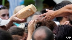 Раздача хлеба в Донецке, июль 2015 года