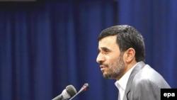 آقای احمدی نژاد برخی از منتقدین داخلی را متهم به «خیانت» در پرونده هسته ای کرد.