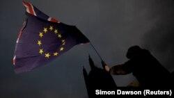 Një protestues duke kundërshtuar largimin e Britanisë nga Bashkimi Evropian, foto nga arkivi