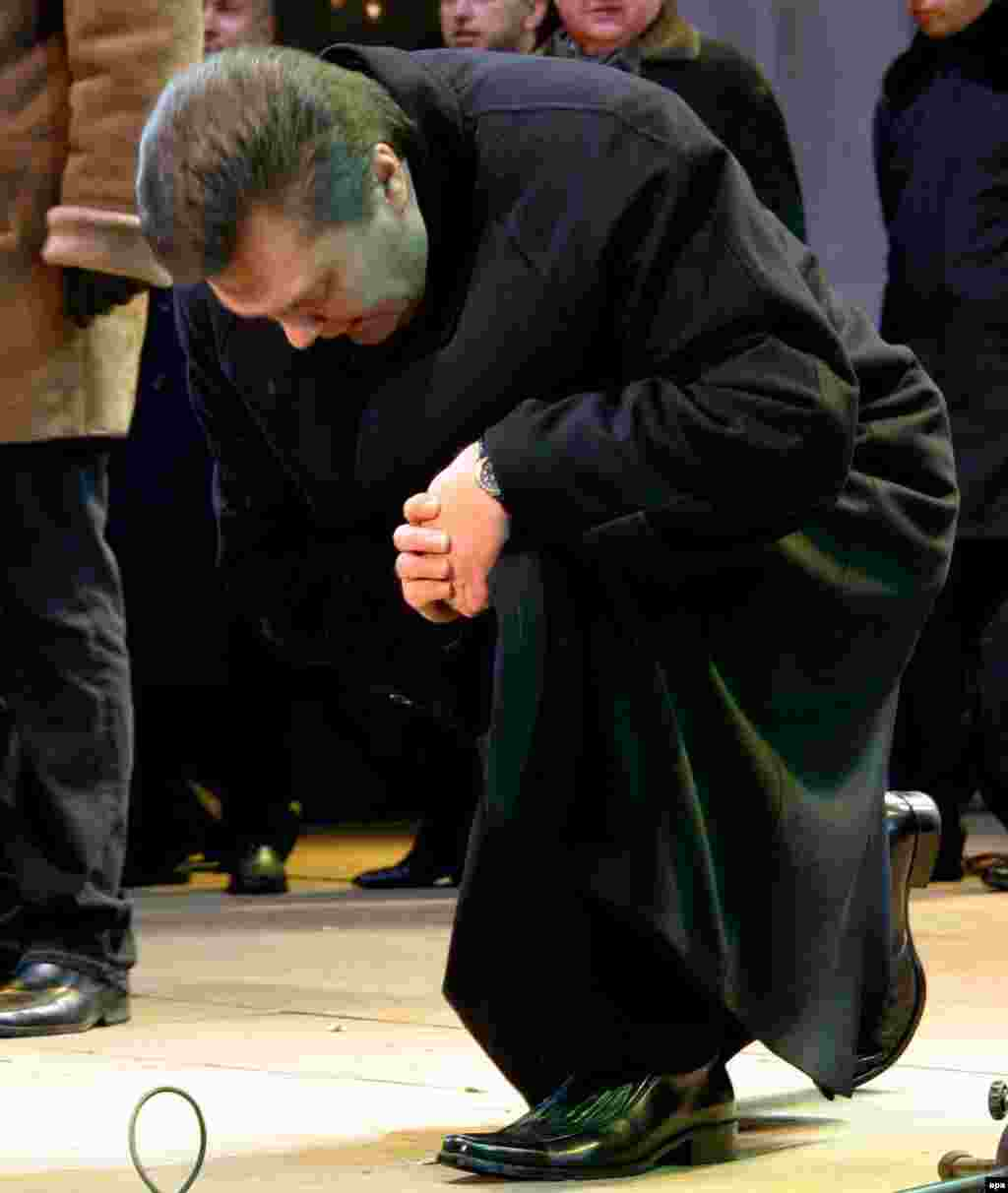 Kneeling down to thank his supporters during a rally in Donetsk in January 2005.