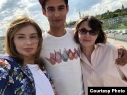 Альберт Литвинов с матерью и сестрой