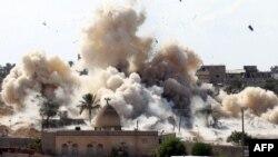 دخان متصاعد من تفجير منزل في عملية عسكرية للجيش المصري ضد مسلحين متشددين في رفح