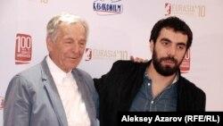 Гости кинофестиваля «Евразия» режиссеры из Франции Коста-Гаврас и Ромейн Гаврас. Алматы, 19 сентября 2014 года.