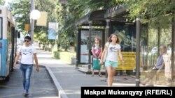 Алматыдагы автобус аялдамасы