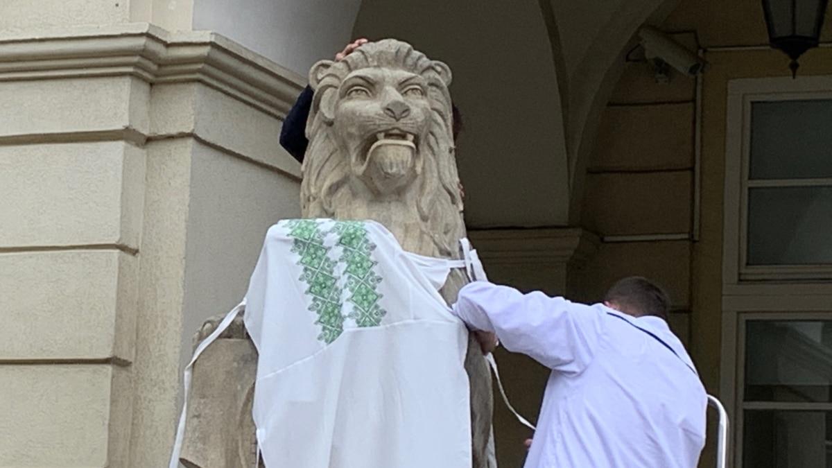 Львовские медики одели «львов» в вышиванки