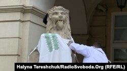 Левів біля Львівської ратуші вдягли у вишиванки
