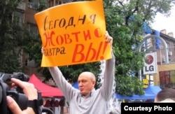 Гражданский активист Виктор Ковтуновский на одной из многочисленных акций протеста против осуждения Жовтиса. Алматы, 9 сентября 2009 года.