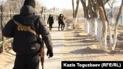 Полицияның арнайы жасақ сарбазы. Жаңаөзен, 18 желтоқсан 2011 жыл. Көрнекі сурет