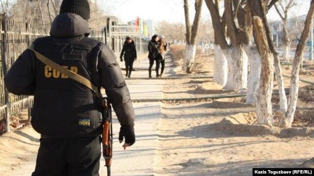 Боец специального отряда полиции в Жанаозене. Мангистауская область, 19 декабря 2011 года.