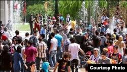 آببازی در یکی از بوستانهای تهران.