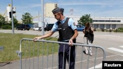 Полиция на месте взрыва на заводе в Сан-Квентине-Фалавье неподалеку от Лиона, Франция