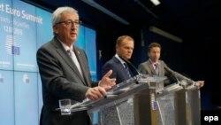 Еуропа кеңесінің президенті Дональд Туск (ортада) Грекияға қатысты келіссөзден кейінгі баспасөз жиынында. Брюссель, 13 шілде 2015 жыл.