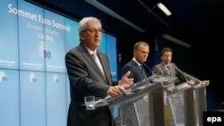 Еврокомиссиянын төрагасы Жан-Клод Юнкер, Европа кеңешинин башчысы Дональд Туск жана Евротоптун төрагасы Йерун Дейсселблум Брюсселдеги маалымат жыйынында