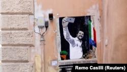 Mural na kojem je predstavljen talijanski potpredsjednik vlade Matteo Salvini kako snima selfie na balkonu Benita Mussolinija u blizini sjedišta bivšeg fašističkog diktatora nekoliko dana uoči glasanja na izborima za EU, prikazan je u Rimu, 24. maja 2019.