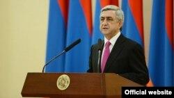 Президент Армении Серж Саргсян выступает на церемонии награждения военнослужащих по случаю Дня Армии, Ереван, 28 января 2014 г. (Фотография - пресс-служба президента Армении)