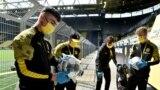 Procesul de dezinfectare a mingilor înainte de un meci de fotbal