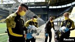 În Germania, campionatul de fotbal a fost reluat, meciurile se joacă fără public și în condiții sanitare speciale, mai 2020.