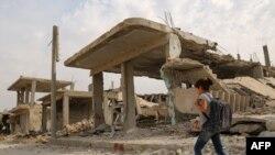 Suriyalı uşaq dağılmış Kobani şəhərində, 6 oktaybr 2015