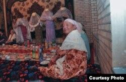 Өзбек айымдары тууралуу Умида Ахмедова тарткан фото сүрөт.