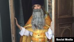 Ксения Собчак в карнавальном костюме попа