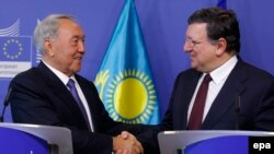 Нурсултан Назарбаєв (л) і голова Європейської комісії Жозе Мануел Баррозу (п) після зустрічі у Брюсселі, 9 жовтня 2014 року