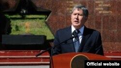 Қырғызстан президенті Алмазбек Атамбаев 2010 жылы маусымда Ошта болған этникалық қырғынға арналған жиында сөйлеп тұр. Ош, 10 маусым 2012 жыл.