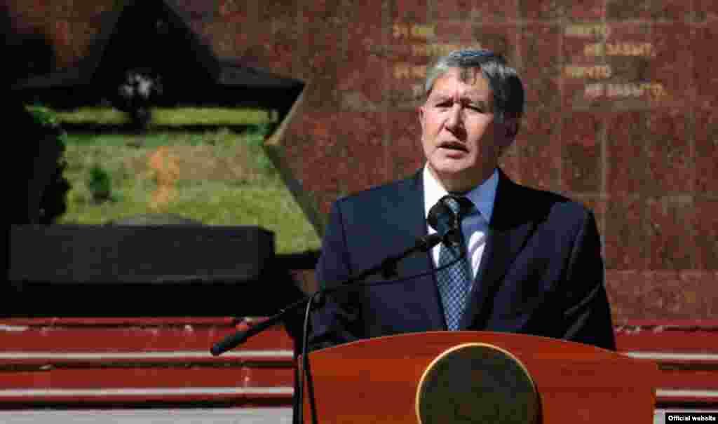 Президент Алмазбек Атамбаев Ош окуясынын эки жылдыгын эскерүү жыйынында сөз сүйлөп жатат. Ош, 10-июнь, 2012.