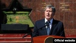 Алмазбек Атамбаев июнь коогасынын эки жылдыгын эскерүү иш-чарасында, Ош, 10-июнь, 2012.