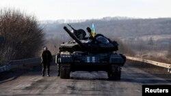 Шығыс Украинада тұрған украиналық әскери танк. 24 ақпан 2015 жыл.