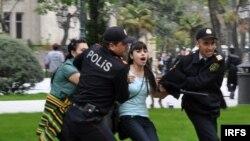 Polis «Gül bayramı»na etiraz edən gənclərin aksiyasını dağıdır. 10 may 2009
