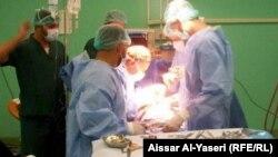 أطباء في غرفة عمليات بمستشفى في النجف