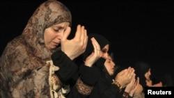 Suriyalı qaçqınlar Əmmanda Suriya səfirliyi qarşısında etiraz aksiyasından əvvəl axşam namazını qılır, 26 iyul